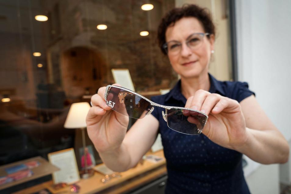 Diese Brille ist prominent. Sie stammt von Elton John und wird gegenwärtig in einem Geschäft in Bischofswerda präsentiert .Ob Brillen generell vor Corona schützen, ist in einer aktuellen Studie aus China untersucht worden.