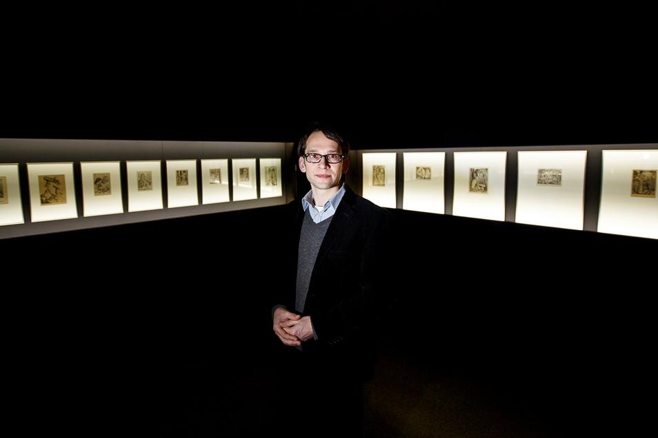 Kunsthistoriker Kai Wenzel steht im Görlitzer Kaisertrutz in der Galerie der Moderne, in der auch Werke von Johannes Wüsten zu finden sind.