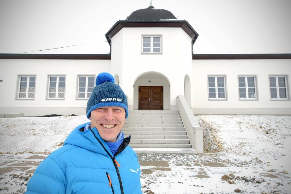 Hartmut Junge vom Oderwitzer Bauamt vor dem Schützenhaus.