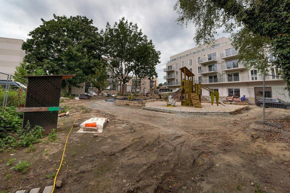 """Von """"Grüner Mitte"""" ist derzeit noch nicht viel zusehen - doch das Areal rund um den Spielplatz im Innenhof des Neubaukomplexes soll noch bepflanzt werden. Auch ein Insektenhotel wird aufgestellt."""