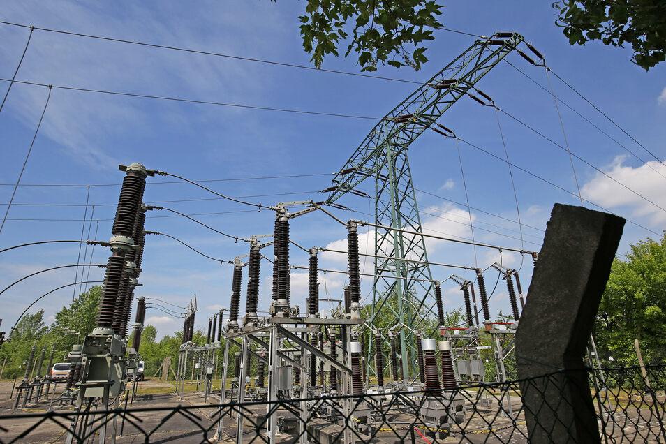 Hier kommt er an, der Strom für Riesa: Ein Defekt im Umspannwerk Nord in Gröba hat am Montag ganz Riesa lahm gelegt. Repariert wird dort auch nächste Woche noch.