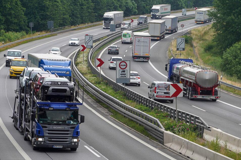Lkws über Lkws fahren heute über die Autobahn A 4.