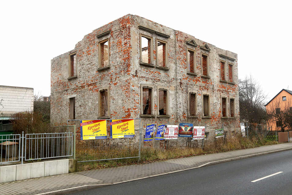 Schandfleck an der Bundesstraße: Schon 2006 war dieses Haus an der B 182 eine Ruine. Nach Sturmtief Kyrill 2007 musste die Stadt eingreifen und es abdecken lassen.