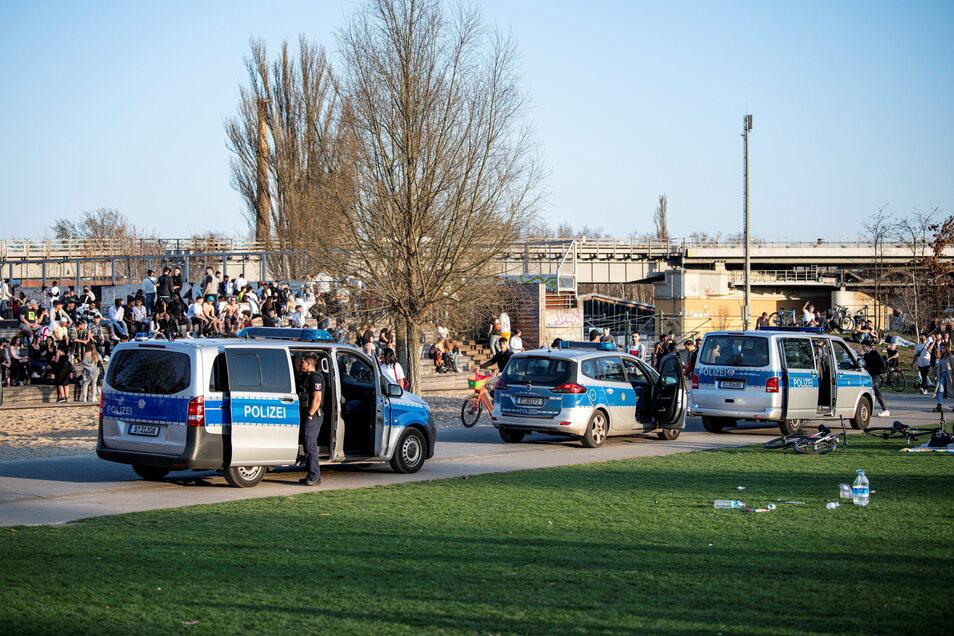 Polizeiwagen stehen in Berlin bei warmen Temperaturen im vollen Park am Gleisdreieck.