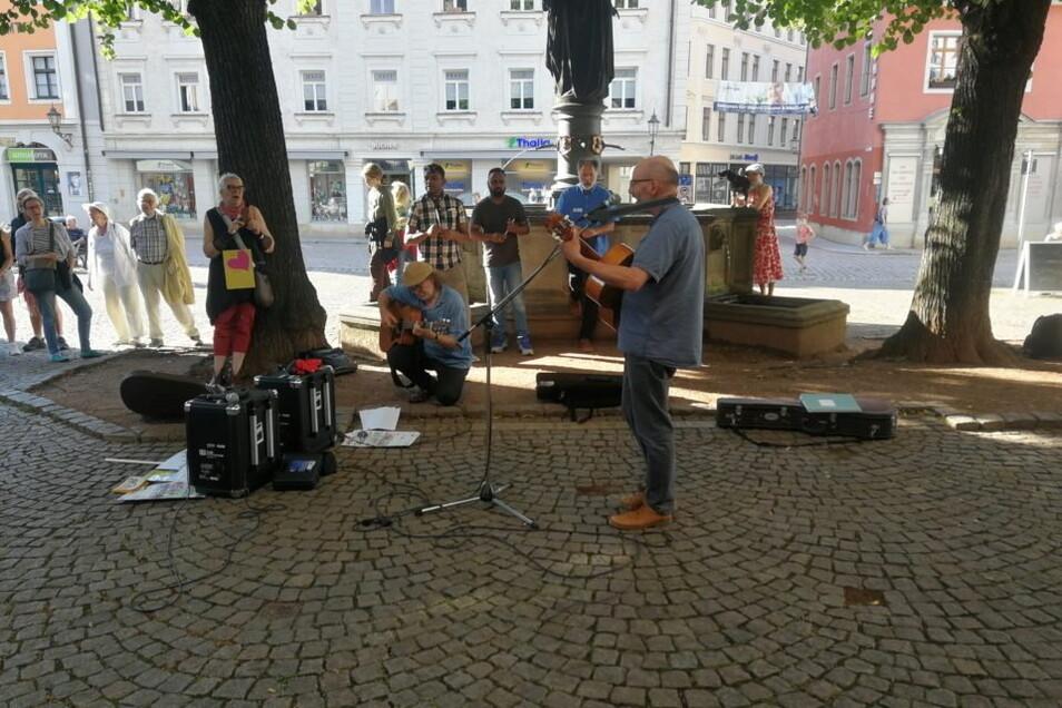 Etwa 70 Teilnehmer haben sich am Mittwochnachmittag auf dem Heinrichsplatz versammelt.
