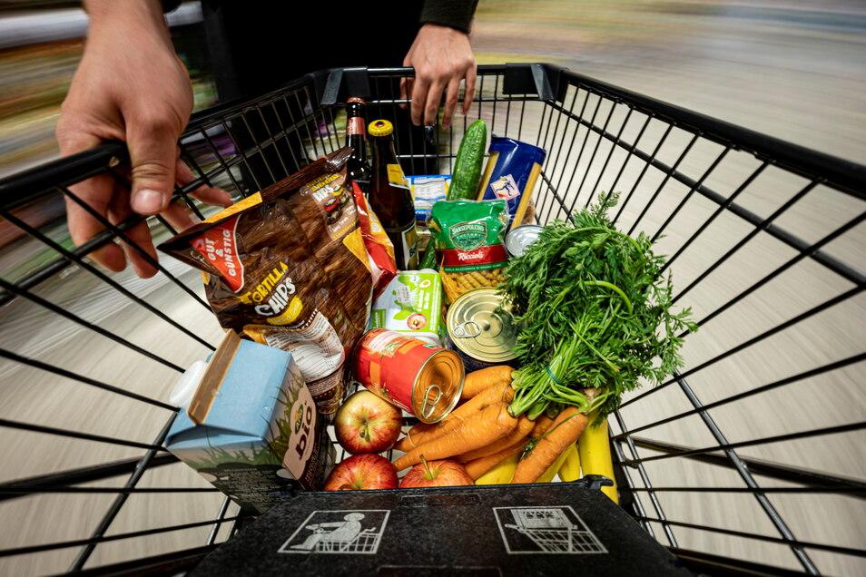 Ein Einkaufswagen in einem Supermarkt: Angesichts der Preise ist die Sorge vor der Inflation wieder da.