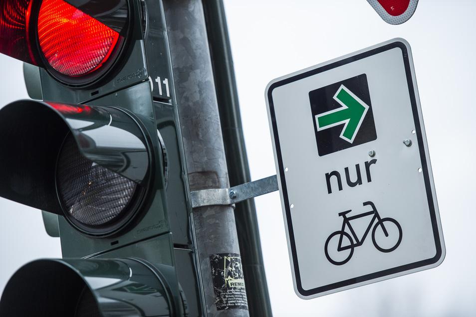 Solche Grünpfeile für Fahrradfahrer soll es künftig mehrfach in Deutschland geben.