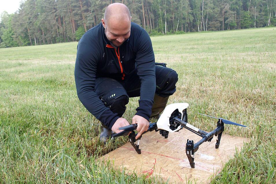 Olaf Hanusch bereitet die Drohne für den Flug über die Prohav-Flächen vor.