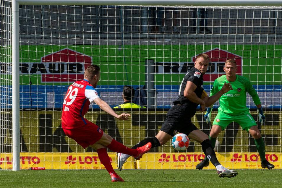 Dynamos Kapitän Sebastian Mai versucht, seinen Fehler auszubügeln, aber Tobias Mohr (l.) trifft den Ball perfekt und erzielt das 1:0 für Heidenheim.