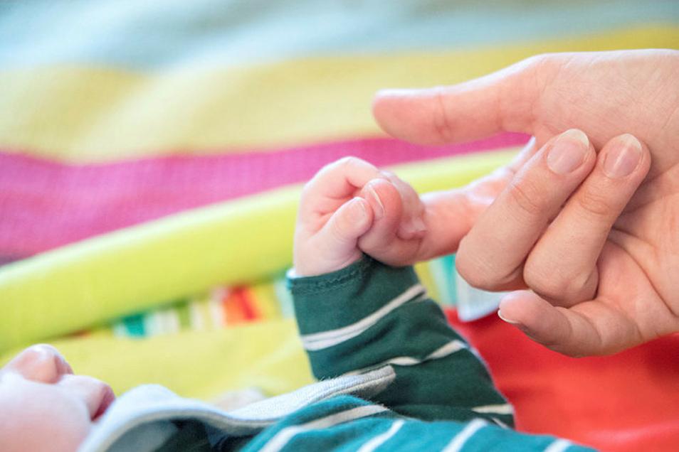 Bei Pflegeeltern, die ein Baby aufnehmen, wird darauf geachtet, dass sie noch nicht in Rente gehen, bevor das Kind volljährig ist.