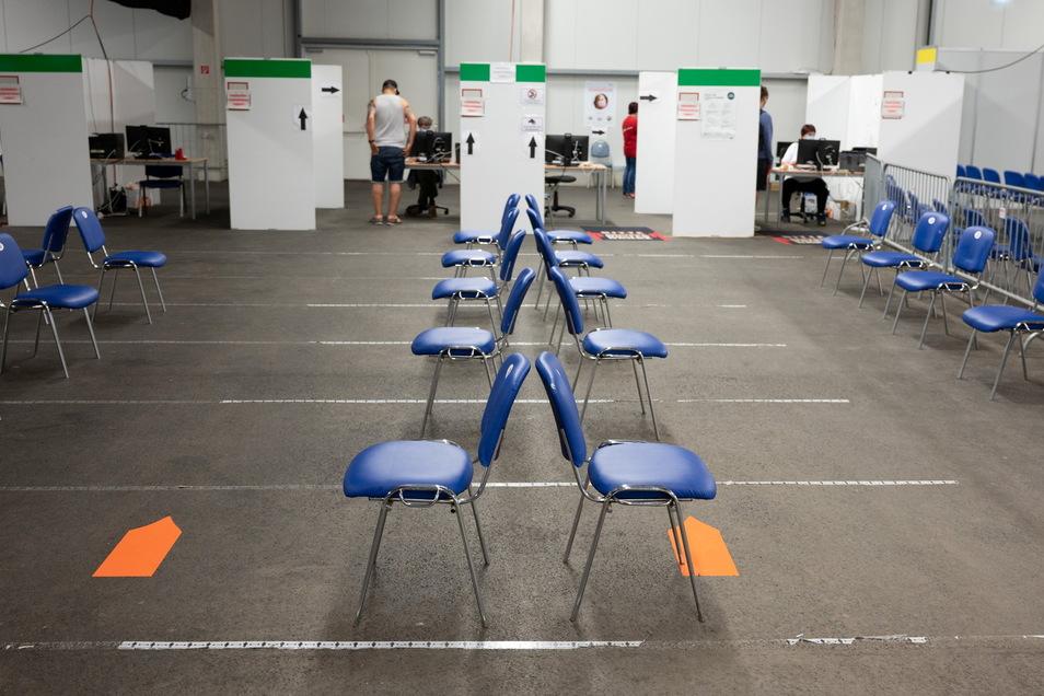 Leere Stühle stehen im Impfzentrum Löbau: In Sachsen wollen sich immer weniger Menschen gegen Corona impfen lassen.