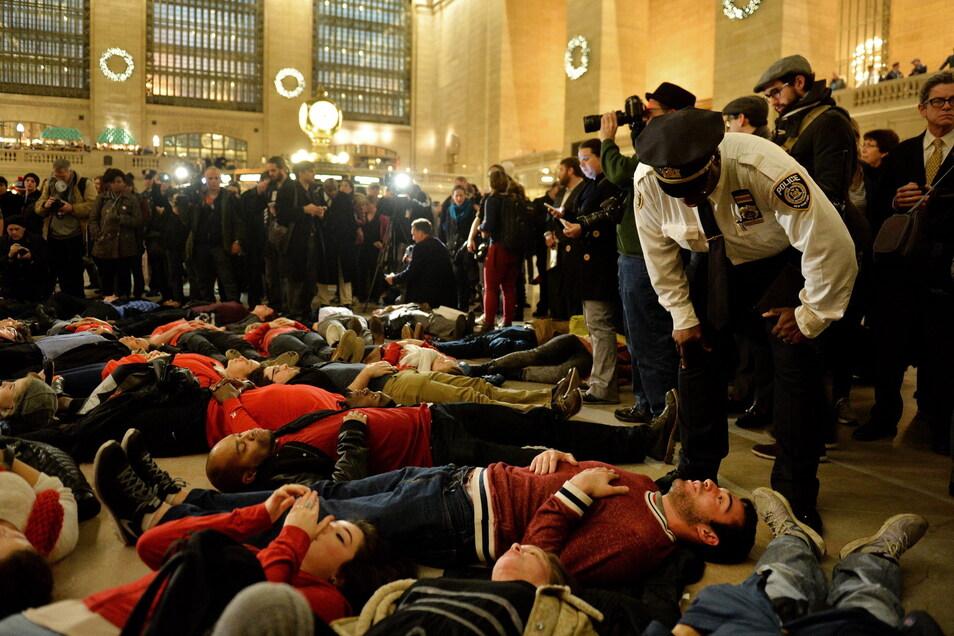 """Ein """"die-in"""" aus Protest gegen die Entscheidung der Grand Jury, den in den Tod von Garner involvierten Polizisten nicht zu belangen, veranstalten Demonstranten in der Haupthalle desGrand Central Terminal in New York im Dezember 2014."""
