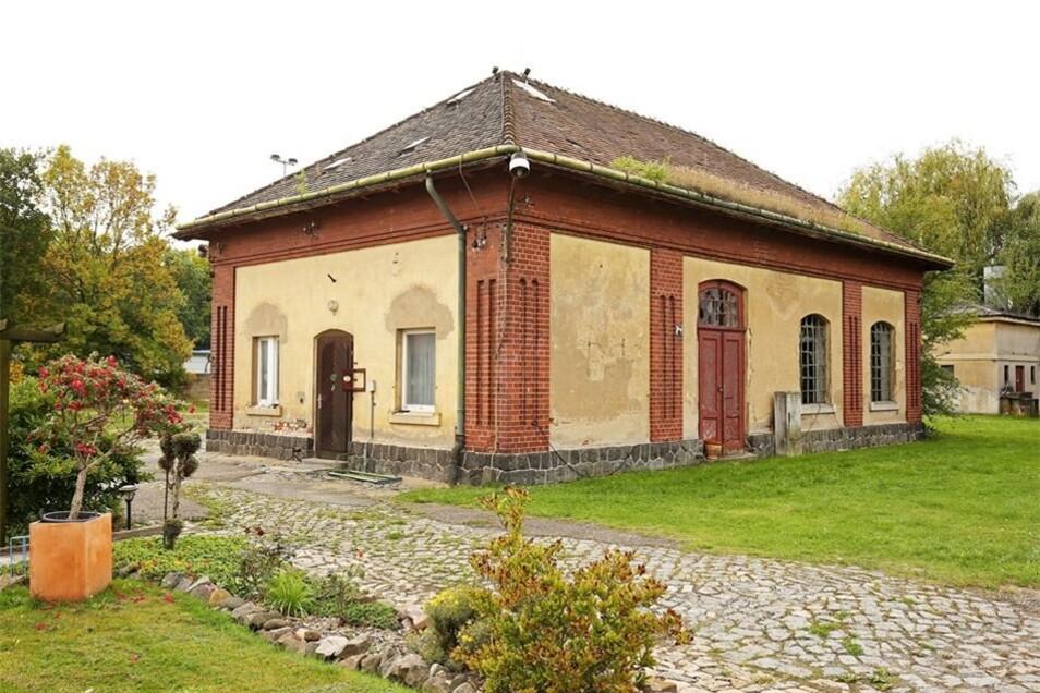 Verwildert, aber architektonisch wertvoll: das Brunnenhaus in Merzdorf.