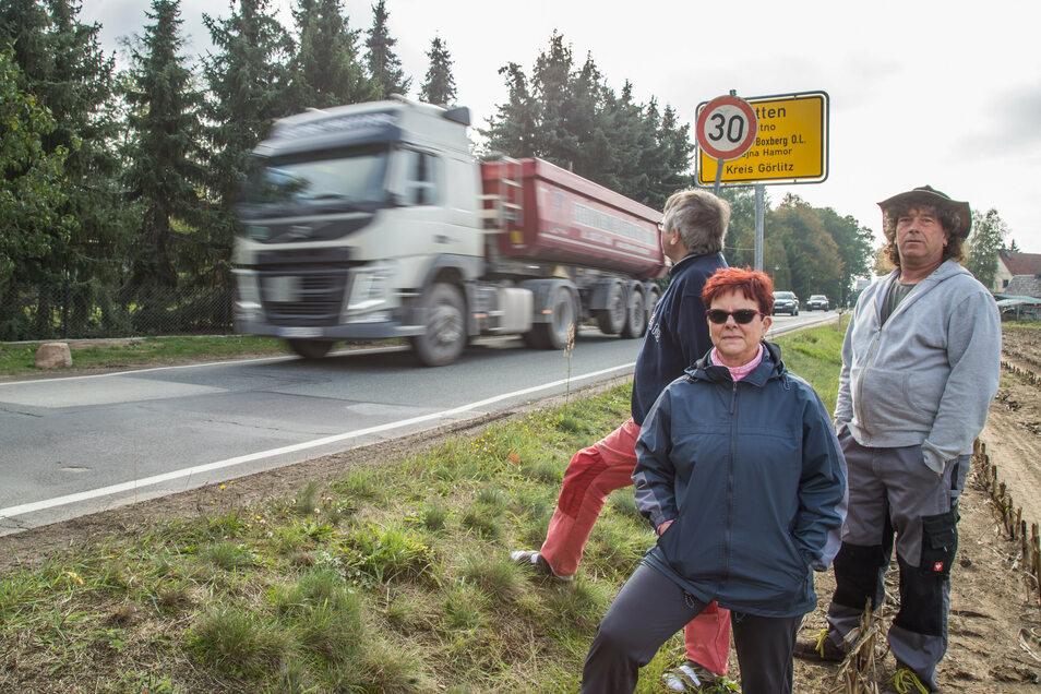 Wolfgang und Karin Bille stehen zusammen mit Nachbar Torsten Nitsche (rechts) am Ortseingang von Klitten. Die Geschwindigkeit ist auf 30 km/h reduziert, aber die wenigsten Kraftfahrer halten sich daran.