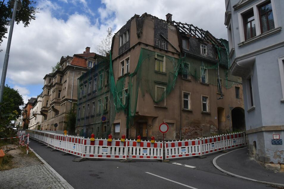 Seit das Haus Kreuzstraße 23 am 16. Juni ausgebrannt war, ist die Kreuzstraße aus Sicherheitsgründen gesperrt.