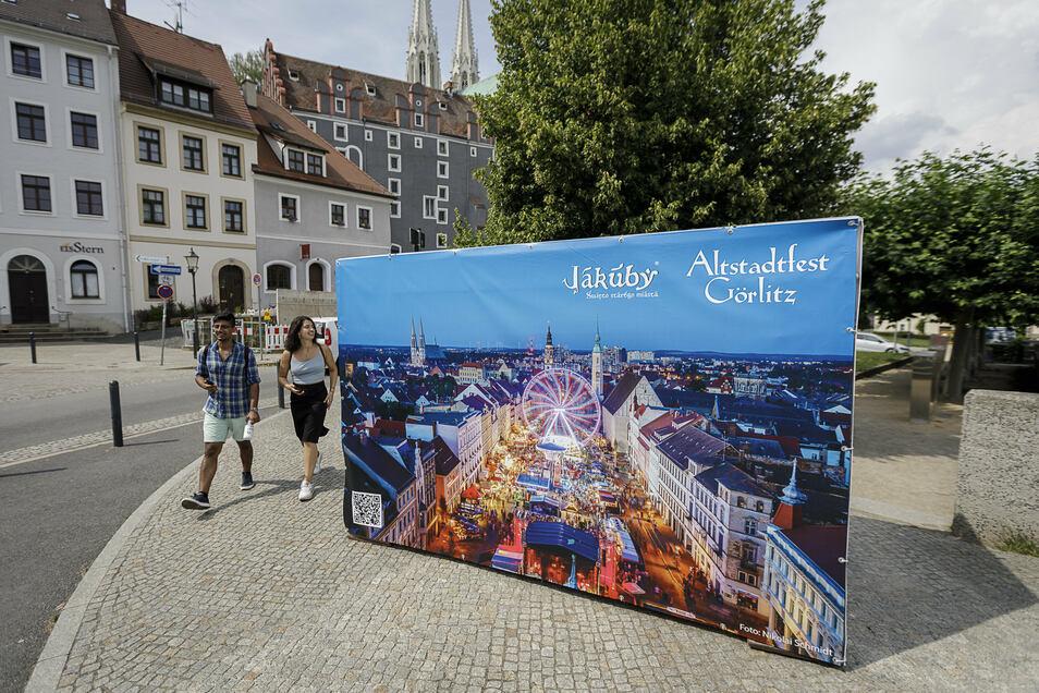 Großformatige Plakate, wie dieses an der Görlitzer Altstadtbrücke, erinnern aktuell an das Görlitzer Altstadtfest und an das Zgorzelecer Jakuby-Fest, die dieses Jahr wegen Corona nicht stattfinden konnten.