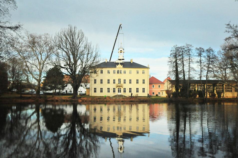 Ursprünglich kam 1763 ein Turm aufs Lauterbacher Schloss, der 1931 wieder verschwand. Nun hat das Herrenhaus eine neue Zierde.
