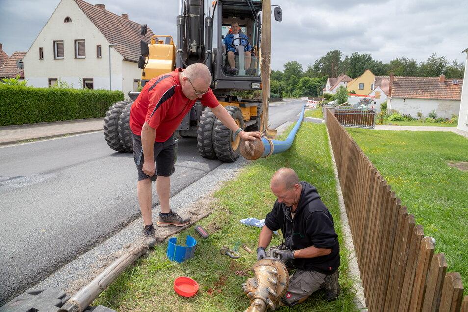 Die Arbeiten zur Verlegung der Trinkwasserleitung an der Straße zwischen Förstgen und Mücka liegt in den letzten Zügen. Bis zum Abschluss bleibt die Strecke aber noch voll gesperrt.