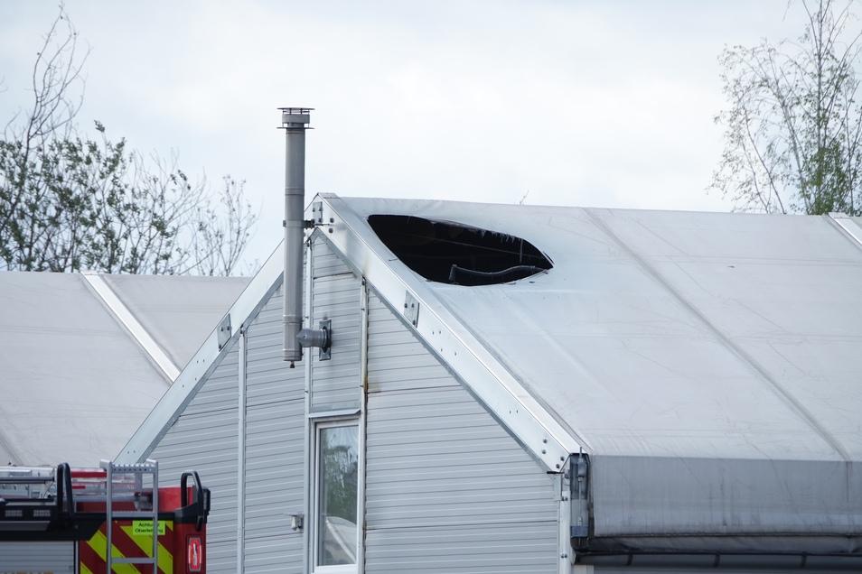 Die Flammen haben ein Loch in das Dach einer Leichtbauhalle gebrannt.