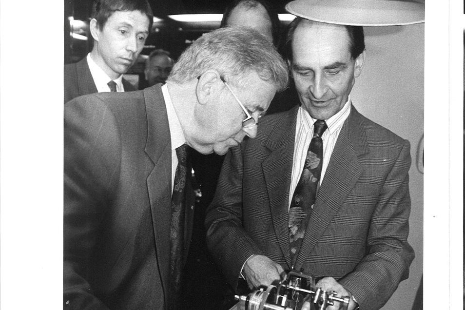 Ronald Boldt (li.), damals Prokurist des Glashütter Uhrenbetriebs, und Adolf Görgl (re.), der für die historische Sammlung verantwortlich war, zeigten Anfang der 1990er-Jahre Ministerpräsident Kurt Biedenkopf den Betrieb. Es war einer der vielen Besuche B