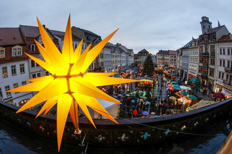 Der Herrnhuter Stern, der zur Weihnachtszeit auf dem Zittauer Rathausbalkon leuchtet.