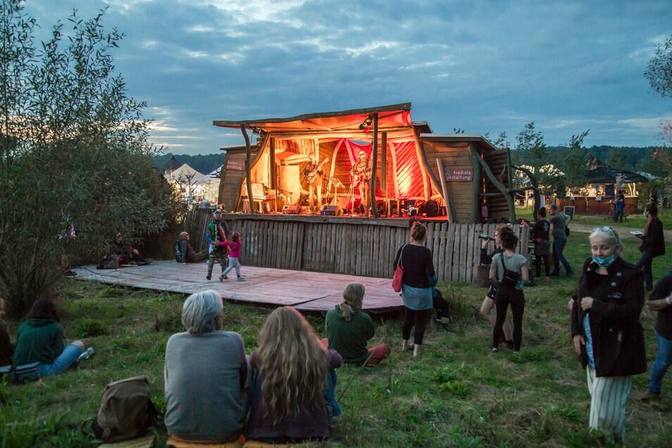 Das Folklorum-Festival auf der Kulturinsel Einsiedel zog unter Corona-Bedingungen Hunderte Besucher an.