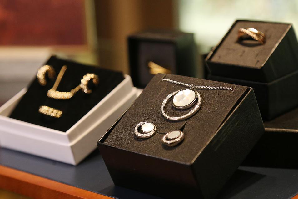 Bei Juwelier Christ werden Sets angeboten, z.B. aus Anhängern und Ohrsteckern, auch mit zugehörigem Ring.