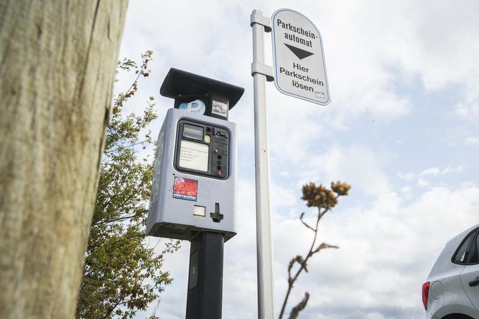 Die Riesaer Parkautomaten – hier einer am Elbufer – sollen ausgetauscht werden.