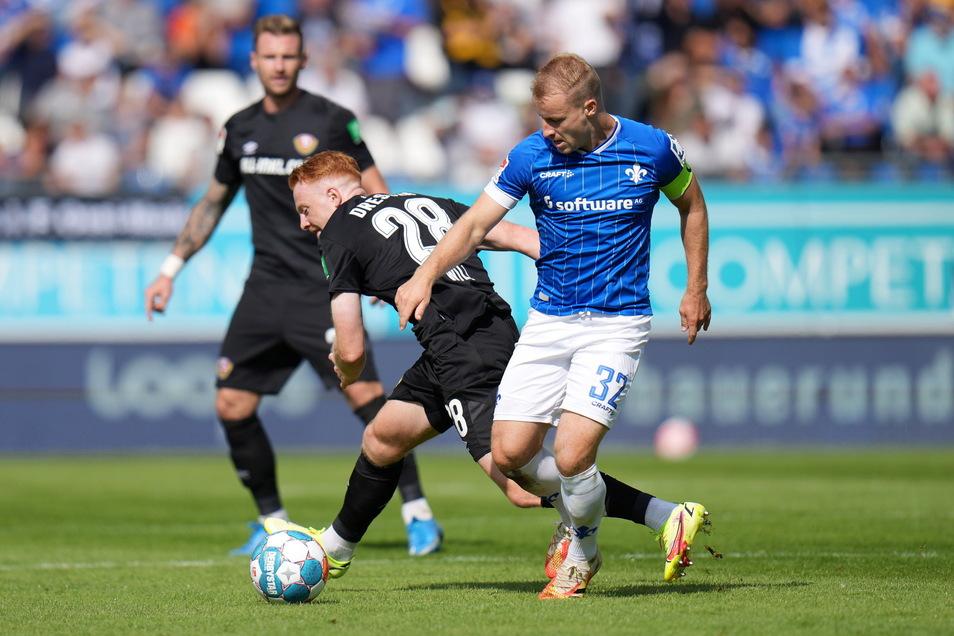 Paul Will kämpft mit Darmstadts Fabian Holland um den Ball. Die Hessen sind derzeit griffiger in den Zweikämpfen.