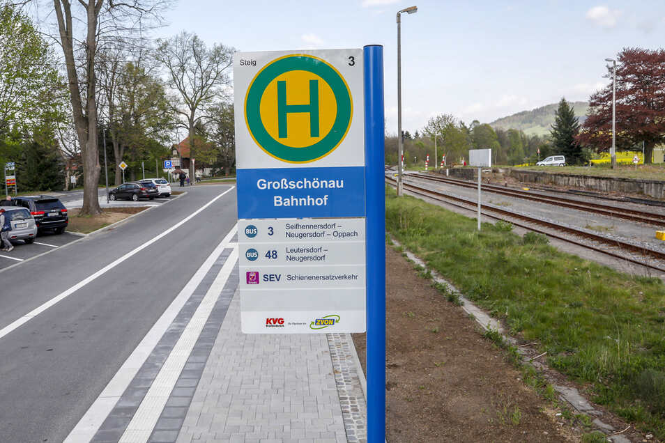 In Großschönau stehen bereits die Prototypen der neuen Bushaltestellenschilder.