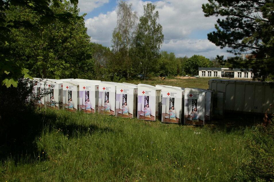 Das Görlitzer DRK zog seine Altkleidercontainer bis auf wenige Ausnahmen ein. Sie warten auf DRK-Gelände offenbar auf bessere Verwertungszeiten für Alttextilien.