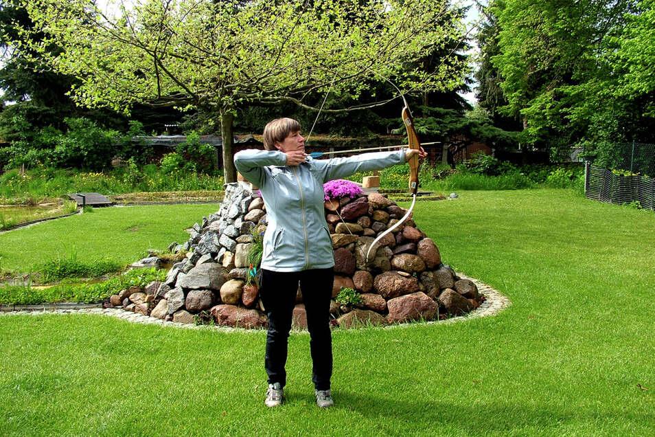 Susanne Busch unterrichtet intuitives und therapeutisches Bogenschießen in jeweils zwei Arbeitseinheiten à zwei Stunden: Praxis/Technik und intuitiv-technische Arbeit. Schon der Umgang mit dem Bogen zeigt die innere Verfassung des Schützen an: Kann ich