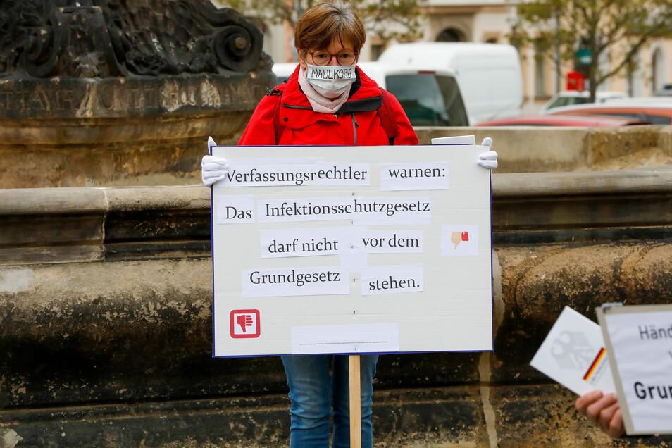 Diese Frau gehörte zu den 15 genehmigten Protestlern.