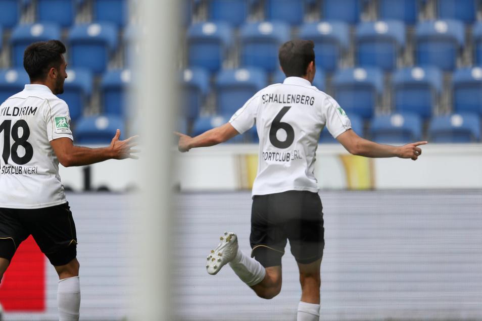 Verls Torschütze Ron Schallenberg (r) feiert seinen Treffer zum 1:1 mit Aygün Yildirim (l).