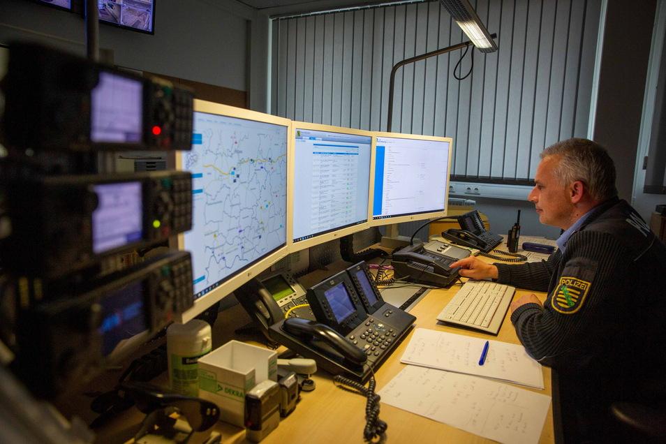 Sven Kaczmarek in der Leitstelle der Autobahnpolizei Bautzen. Er koordiniert von hier aus die Polizeistreifen.