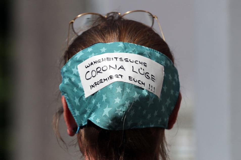 Eine Demonstrantin in Berlin: Nur totale Erkenntnisverweigerer halten das Virus noch für harmlos und kontrollierbar wie eine normale Grippe.