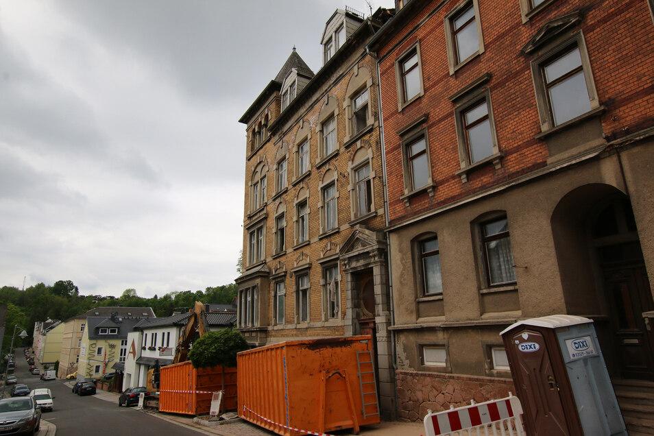 Zwei Container und ein Bagger stehen schon bereit. Der ehemalige Vereinshof wird abgerissen. Die Breitscheidstraße ist deshalb ab 25. Mai gesperrt.