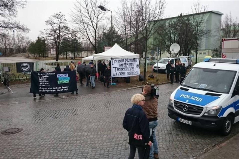 Auch Demonstranten haben sich vor dem Gebäude versammelt.