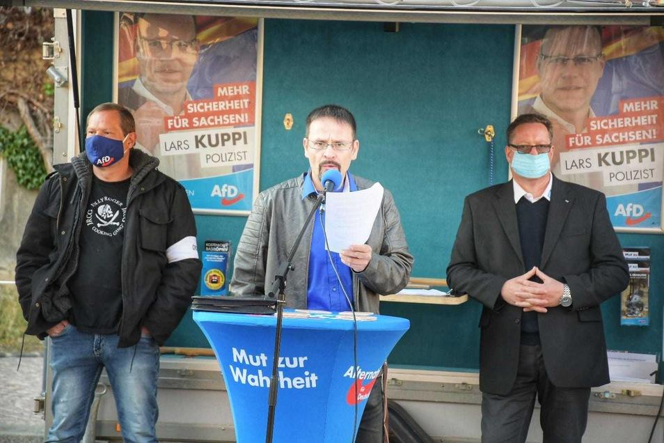 Zur Versammlung aufgerufen hatte AfD-Stadtrat Jens Tamke (mitte).