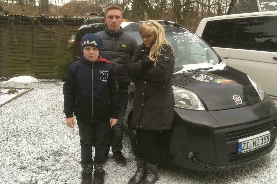 Gerlind Nitzsche mit ihren Söhnen Robin (l.) und Henrik vor dem Auto, das sie in Lebensgefahr gebracht haben soll.