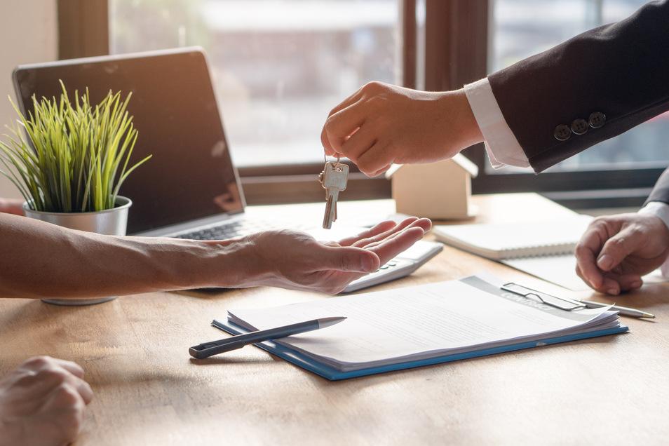 Neben dem direkten Kundenkontakt gehört auch das Erstellen von Mietverträgen zu ihren Aufgaben.