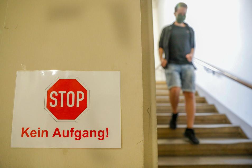 """Neues Schuljahr, neue Vorgaben: Die Treppen im Zittauer Johanneum sollen aber weiter """"Einbahnstraßen"""" bleiben."""