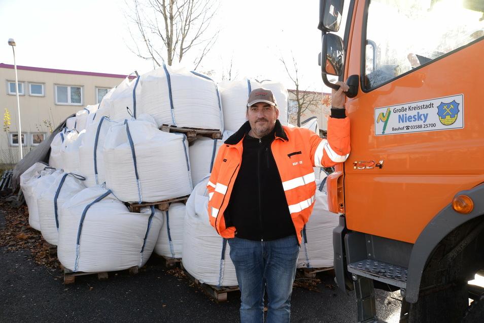 Ein Bild vom November 2019: Der Nieskyer Bauhofleiter Kai-Uwe Börstler zeigt die Vorräte an Streusalz im Bauhof Niesky. Sie lagern unter freiem Himmel, weil eine Aufbewahrungsmöglichkeit fehlt.