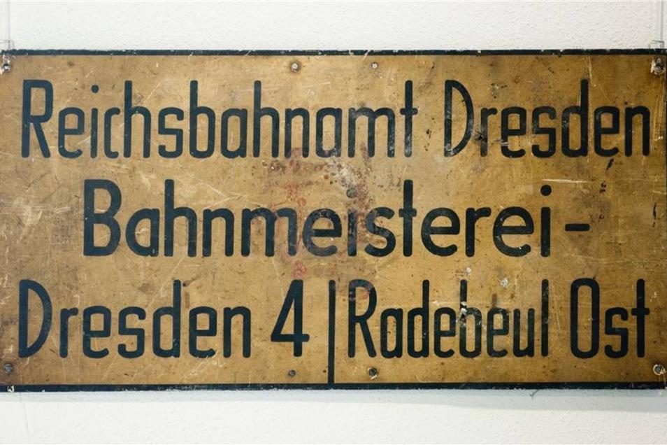 Ein historisches Schild der Bahnmeisterei ist im Schmalspurbahn-Museum in Radebeul zu sehen.