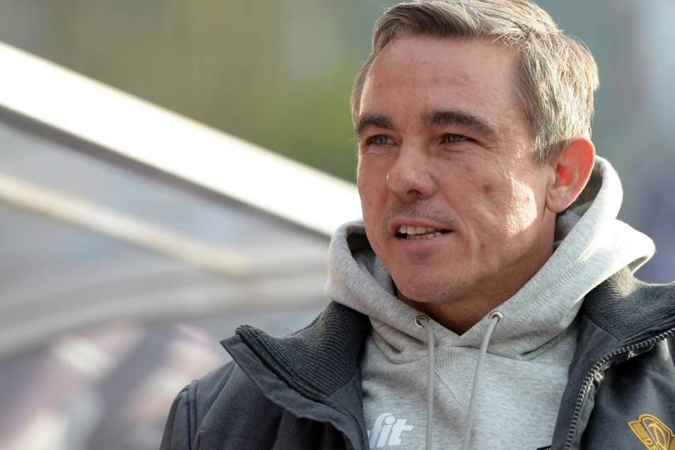 Dynamo-Trainer Olaf Janßen verfolgt kritisch das Spiel.