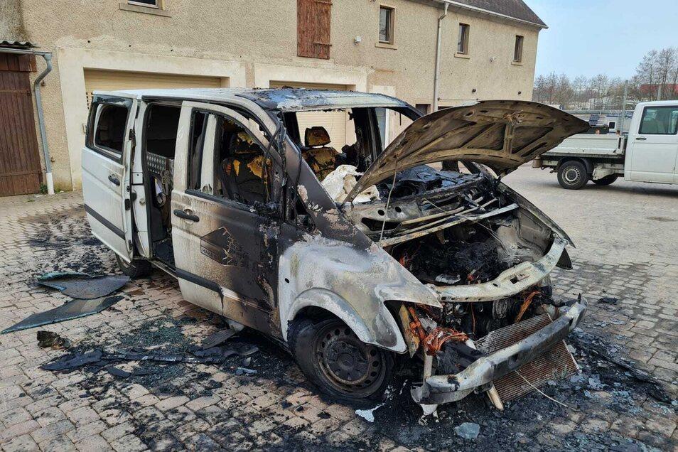 Am Firmenfahrzeug der HABA in Hartha entstand Totalschaden. Die Feuerwehr versuchte vor Ort ein Übergreifen zu verhindern.
