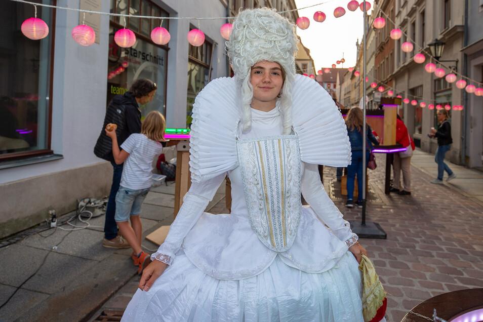 Helena Knüpfer (18) aus Dresden spielte eine Dame aus der Barockzeit und regte die Gäste zum Einkauf an.