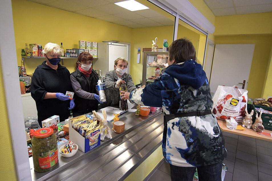 Marion Sommerfeldt (3. von links) hat am Donnerstag mit ihrem Team Lebensmittel in der Döbelner Ausgabestelle der Tafel verteilt. Unverzichtbar dabei: Mundschutz und Handschuh.