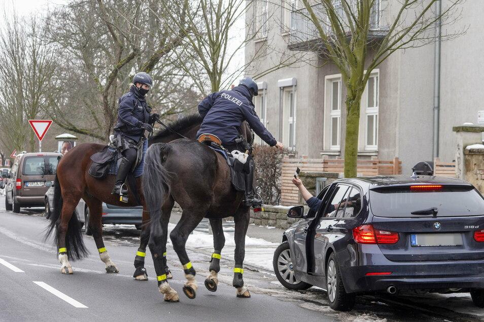 Weiterfahrt verboten: Bei einer allgemeinen Verkehrskontrolle in Bautzen überprüfen Polizeioberkommissarin Manuela Weickert (re.) und Polizeimeisterin Lydia Keil einen Autofahrer.