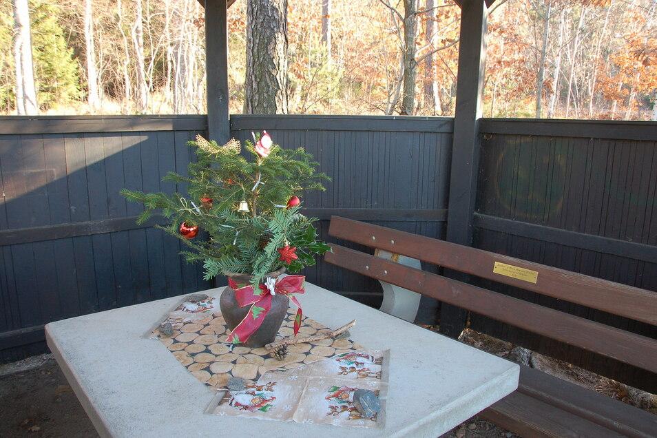 Bei Malter haben Unbekannte eine Wanderhütte weihnachtlich geschmückt. Sogar an eine funktionierende Lichterkette im Gesteckt wurde gedacht.